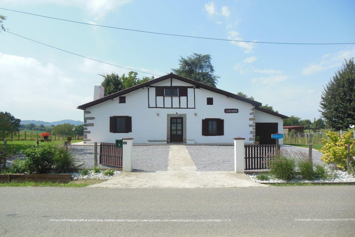 Cour d'entrée ELGARTEBERRIA maison basque - Location de vacances - Amendeuix-Oneix
