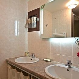 Salle d'eau avec douche - Location de vacances - Amendeuix-Oneix