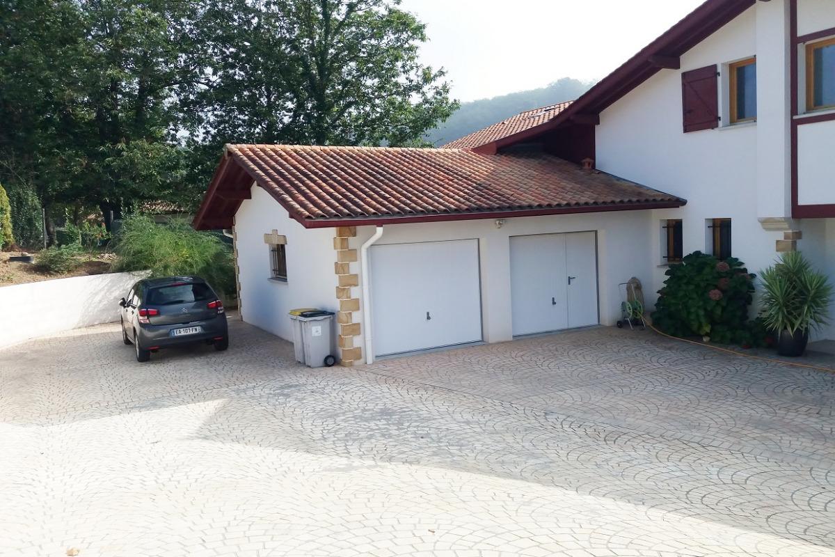 Parking avec Portail électrique - Location de vacances - Cambo-les-Bains
