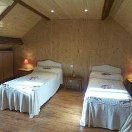 Chambre lits jumeaux à l'étage - Location de vacances - Benqué