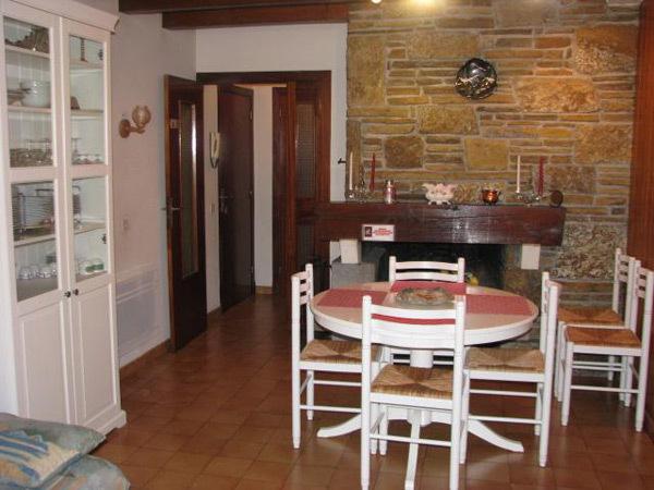 Cuisine. Four encastré, plaques inductions, micro ondes, lave linge, refrigérateur, etc.. - Location de vacances - Saint-Lary-Soulan