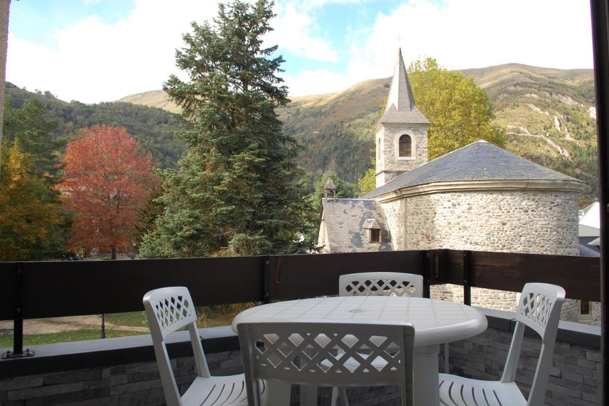 vous apercevez au delà de la chapelle Sainte Marie dont les cloches restent muettes, la crête de Grascouéou, le Pla d'Adet,... - Location de vacances - Saint-Lary-Soulan