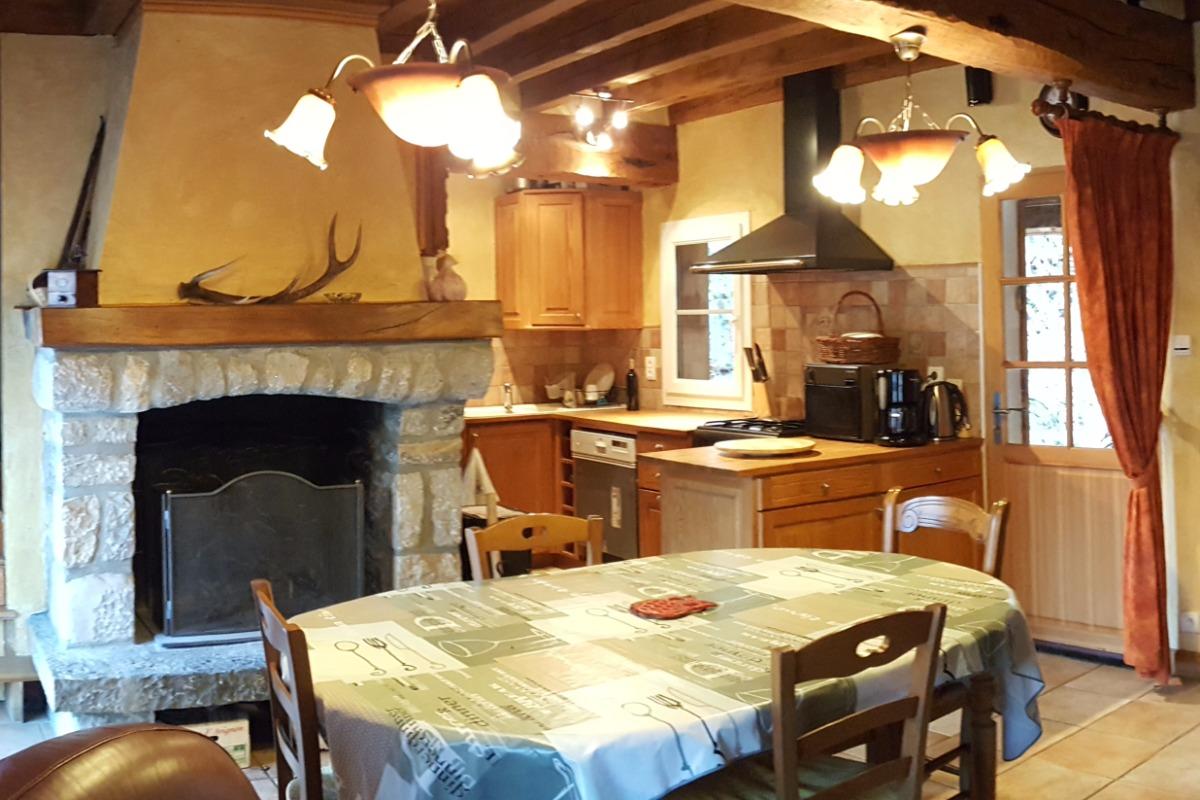 vu pièce principale - coin cheminée et cuisine - Location de vacances - Vielle-Louron