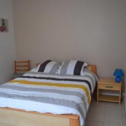 chambre avec lit en 140 cm - Location de vacances - Cauterets