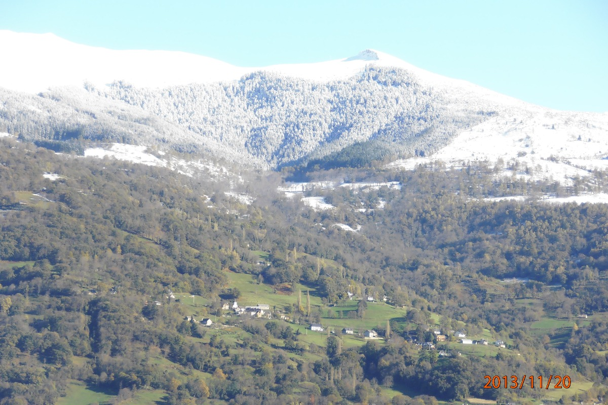 Vue prise du salon : massif du Hautacam et les petits villages - Location de vacances - Argelès-Gazost