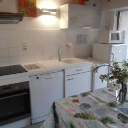 Salon, canapé, tables gigognes. - Location de vacances - Argelès-Gazost