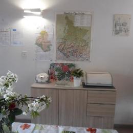 espace cuisine : équipement ménager et grande baie - Location de vacances - Argelès-Gazost