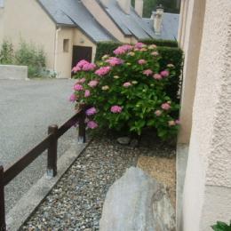 façade fleuri et banc pour se poser - Location de vacances - Luz-Saint-Sauveur