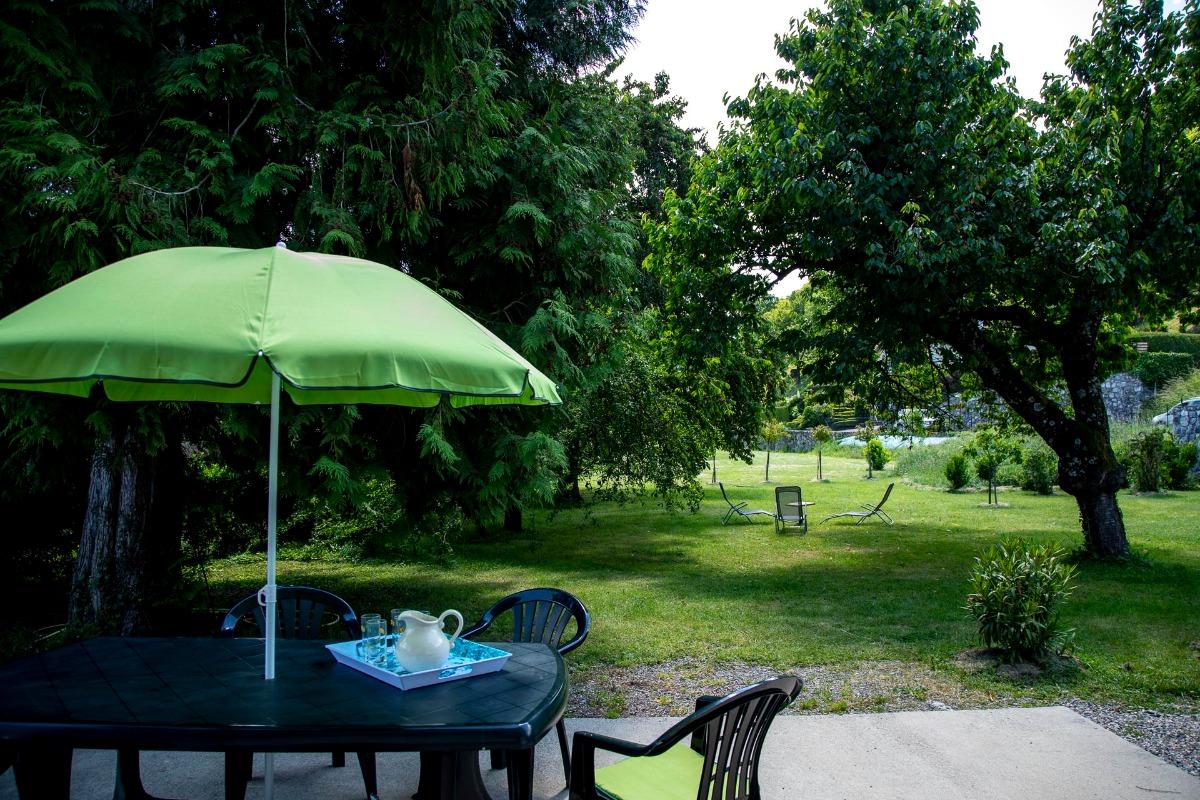 Le jardin depuis la terrasse, au bord de la voie verte (piste cyclo) - Location de vacances - Argelès-Gazost