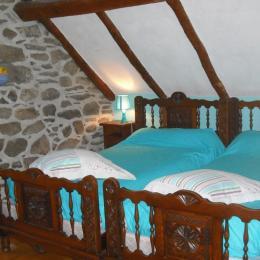A l'étage chambre 3 lits 1 personne - Location de vacances - Betpouey
