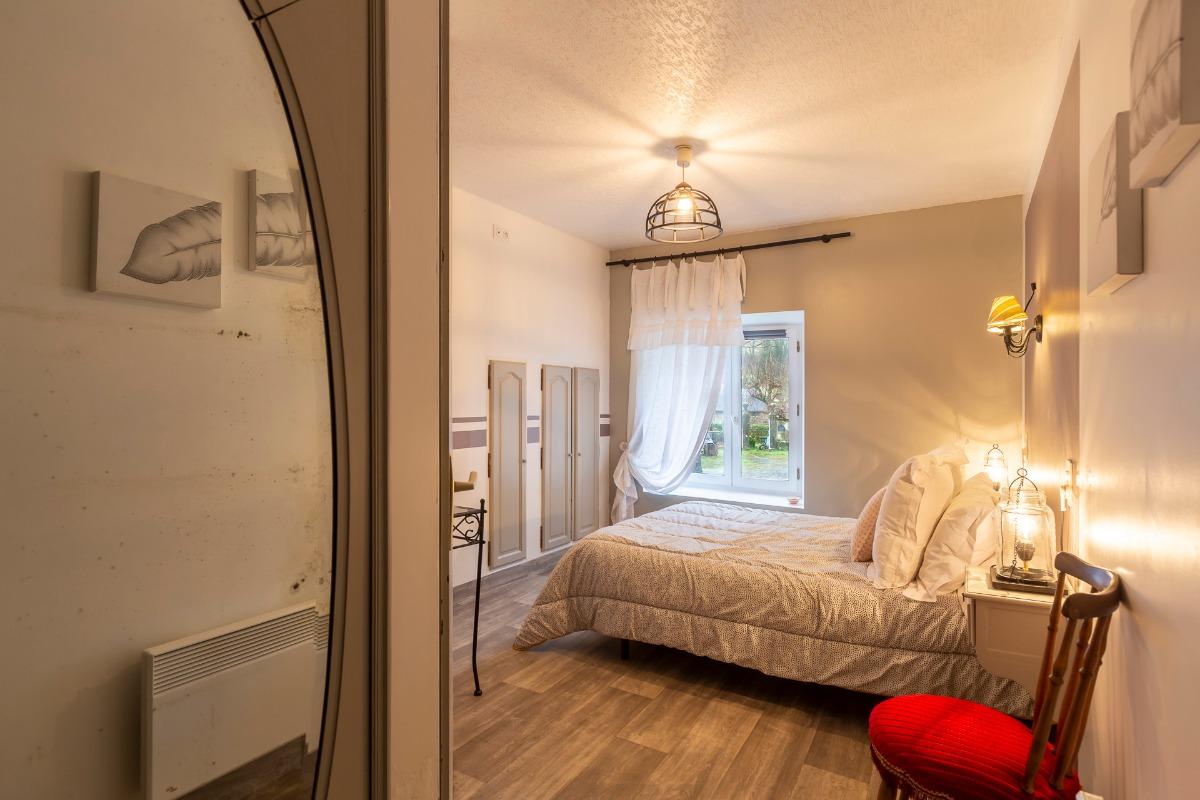 Un lit de 140 cm un lit de 90 cm   Une chambre claire éclairée par un velux pas de vue possible - Chambre d'hôtes - Bartrès