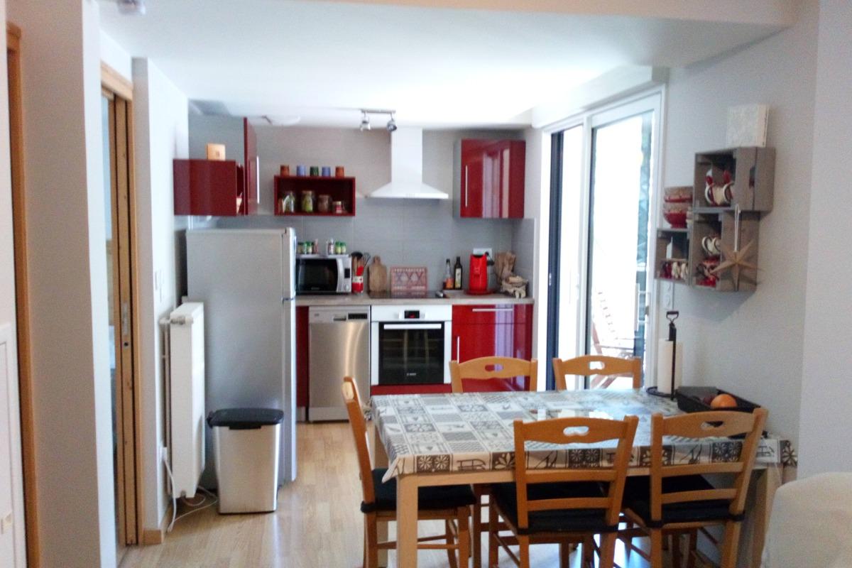 espace repas cuisine ouvrant sur balcon - Location de vacances - Loudenvielle