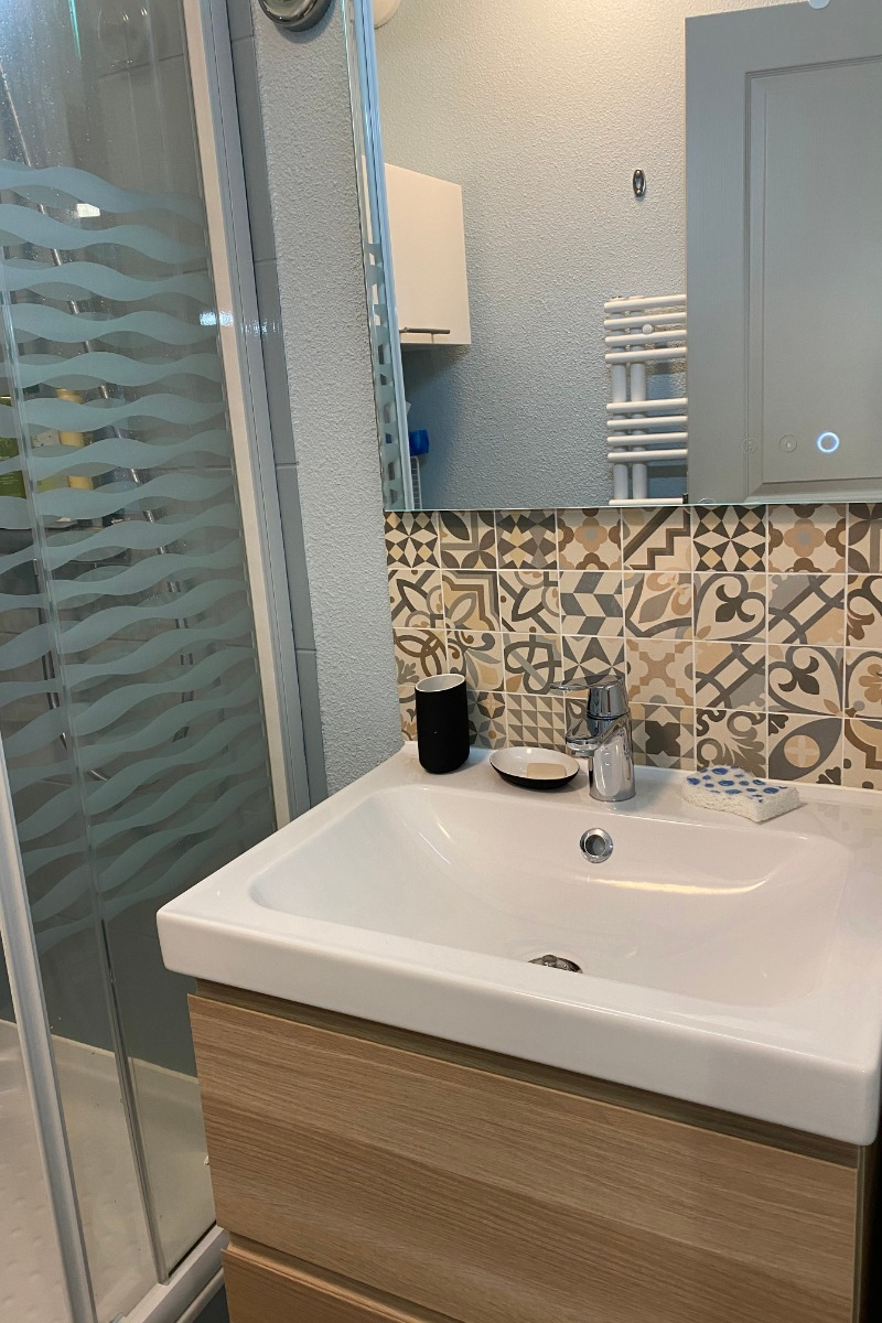 Salle d'eau avec vasque sur meuble et douche - Location de vacances - Cauterets