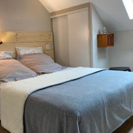 Chambre adulte à l'étage avec lit en 140cm matelas latex neuf et placard/penderie - Location de vacances - Cauterets