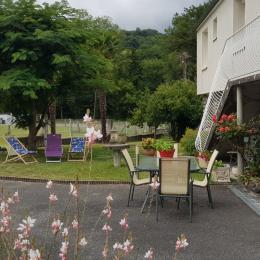 Le jardin situé plein sud avec vue sur la montagne, Pic du Viscos et le Cabaliros - Location de vacances - Boô-Silhen