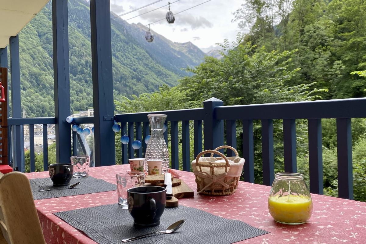 Balcon terrasse vue sur bois, cascade, montagne et village de Cauterets - Location de vacances - Cauterets