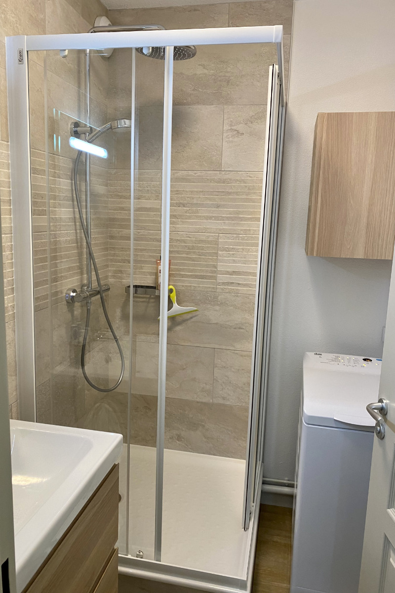 Belle salle d'eau avec grande douche thermostatique et lave-linge - Location de vacances - Cauterets