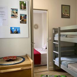 Chambre cabine enfants avec fenêtre, grande placard penderie et meuble chiffonnier - Location de vacances - Cauterets