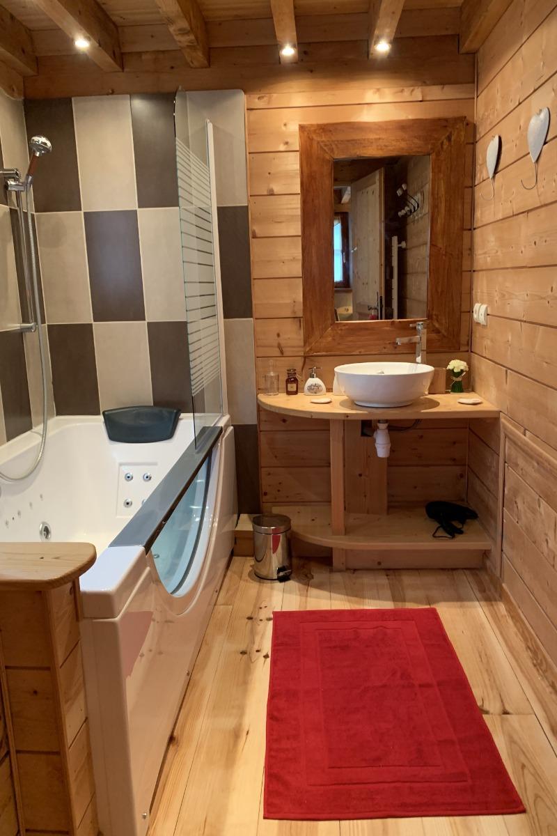 Salle de bain de la chambre Cabaliros avec sa baignoire balnéo. - Chambre d'hôtes - Arcizans-Avant