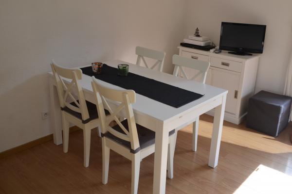 Le coin repas : table extensible pouvant accueillir 8 personnes - Location de vacances - Loudenvielle