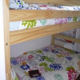 Coin cabine fermé par une porte et avec un Velux (2 couchages en 90 et 1 en 80) - Location de vacances - Loudenvielle