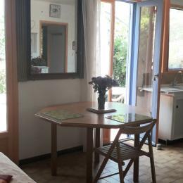 Cuisine donnant sur la terrasse.  - Location de vacances - Montescot