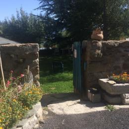 Accès au jardin arboré, donnant sur la cour - Location de vacances - Dorres
