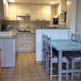 vue d'ensemble séjour cuisine - Location de vacances - Reynès
