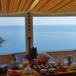 Petit déjeuner servi face à la mer ... - Chambre d'hôtes - Cerbère