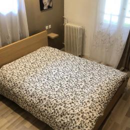 Chambre lit de 140, armoire à glace 3 tiroirs, linge fournis - Location de vacances - Amélie-les-Bains-Palalda