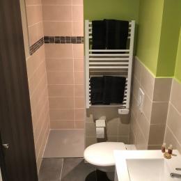 salle de bains, douche a l'italienne serviettes fournis. - Location de vacances - Amélie-les-Bains-Palalda