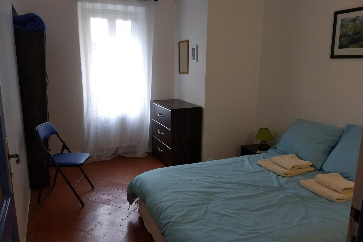 Le salon. La porte vers la cuisine à gauche. - Location de vacances - Llupia