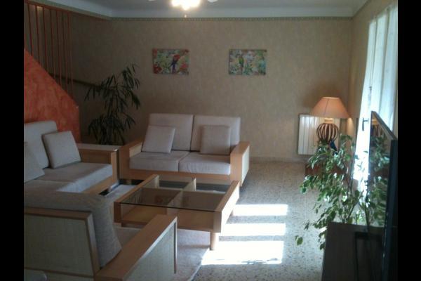 Salle de séjour donnant sur le jardin clôturé - Location de vacances - Saint-Cyprien