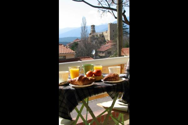 Petit déjeuner  sur le balcon avec vue sur le village - Location de vacances - Vernet-les-Bains