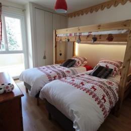 chambre 1 vue sur balcon et placard de rangement aménagé - Location de vacances - Font-Romeu-Odeillo-Via