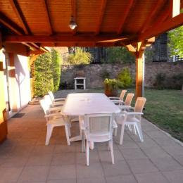 Table et chaises de jardin, au fond le barbecue - Location de vacances - Stotzheim