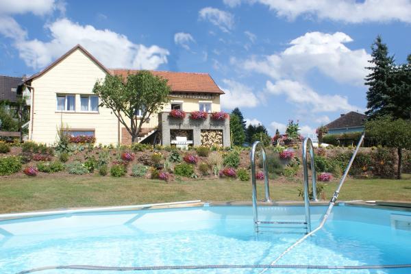 Vue du gîte en rez de jardin avec la piscine  - Location de vacances - Lichtenberg