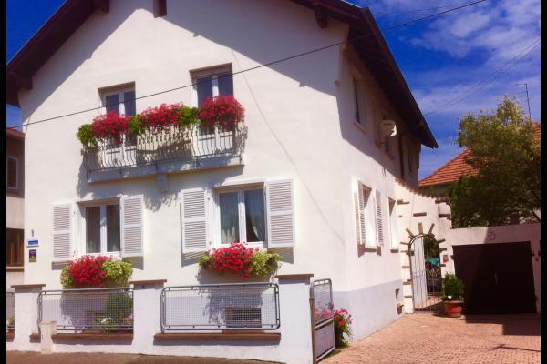 Façade avant de la maison, place de parking dans cour fermée à clés !  - Location de vacances - Lingolsheim