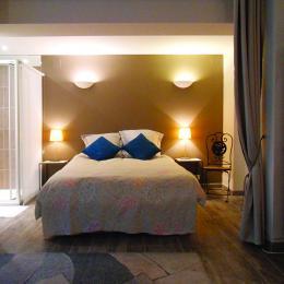 le lit 2 places dans une alcôve à côté d'un espace séjour avec 2 lits gigognes - Location de vacances - Strasbourg