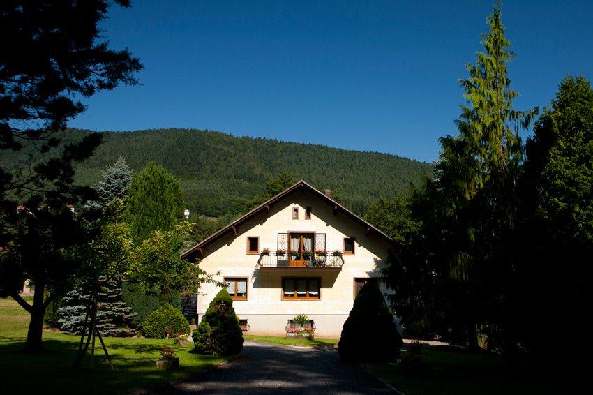 La maison , vue depuis le portail. Le gîte est au niveau du balcon - Location de vacances - Wangenbourg-Engenthal
