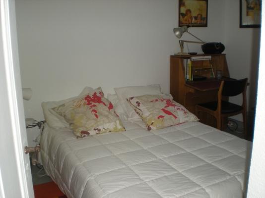 une armoire et un bureau dans ce petit appartement pour 2 personnes - Location de vacances - Strasbourg