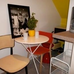 table bistrot dans la cuisine équipée avec vaisselle et ustensiles - Location de vacances - Strasbourg