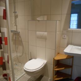 chacune des deux chambres a une salle de bain - Location de vacances - Obersteinbach