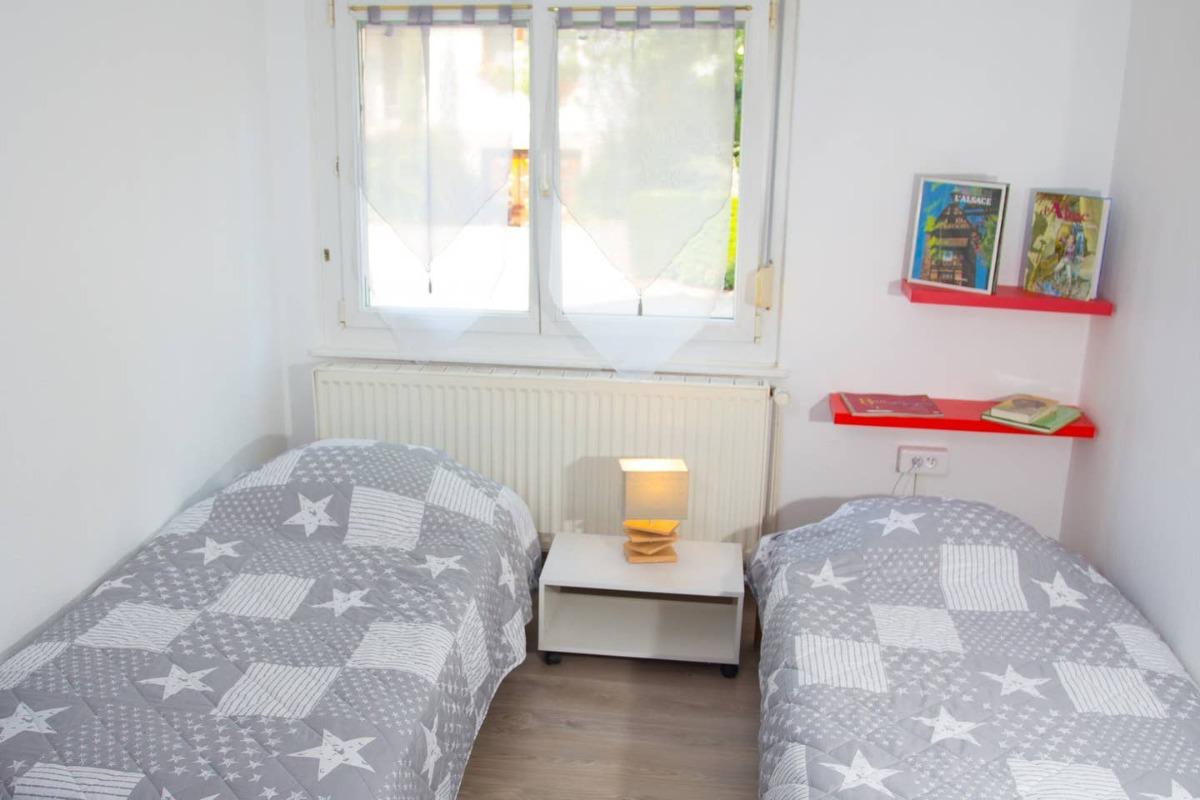Un extérieur avec un salon de jardin. - Location de vacances - Muttersholtz