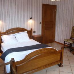 Chambre 1 : lit double 140 x 190 cm - Location de vacances - Epfig