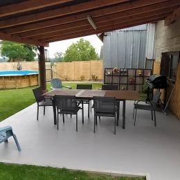terrasse coté jardin avec table chaises et barbecue - Location de vacances - Gunstett