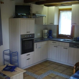 Cuisine équipée (four, lave vaisselle, micro ondes, réfrigérateur, plaque électrique 4 feux, machine à café, bouilloire, grille pain, senséo...) - Location de vacances - Kaysersberg