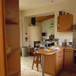 coin cuisine avec vue sur le salon et la cheminée - Location de vacances - Colmar