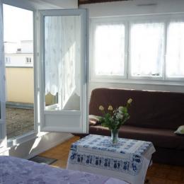 chambre et vue sur la terrasse - Location de vacances - Colmar