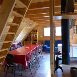 une vue de l'espace de vie à l'étage accessible par la passerelle ou un escalier - Location de vacances - Bourbach-le-Haut